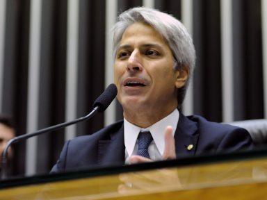 Deputado anuncia que vai ao Ministério Público denunciar Temer por compra de votos