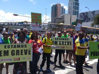 Trabalhadores dos Correios em greve vão às ruas contra demissões e retirada de benefícios