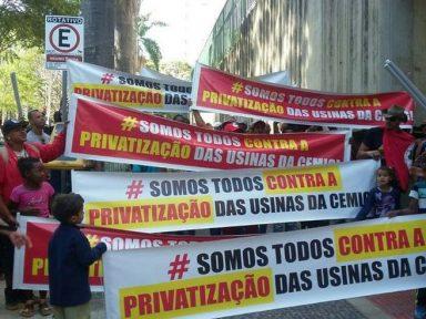 Funcionários repudiam privatização de quatro usinas e fazem manifestação durante leilão