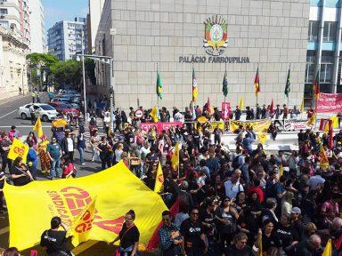 """Professores decidem em assembleia manter greve no RS: """"exigimos fim do parcelamento dos salários"""""""