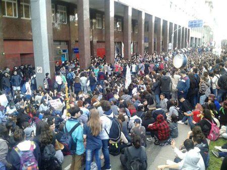 Secundaristas argentinos saem às ruas de Buenos Aires contra as ameças de Macri de taxar escolas públicas