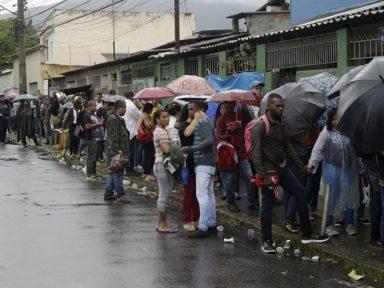 Fila por emprego junta 5 mil no Rio debaixo de chuva por até 28 horas