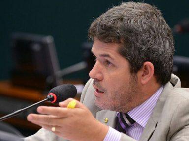 Delegado Waldir acusa Temer de trocar votos por ambulâncias durante a votação na CCJ