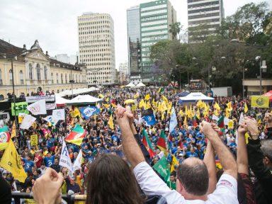 Rio Grande do Sul: servidores ocupam as ruas em manifestação contra assalto aos salários