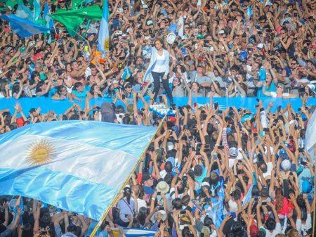 Campanha de Cristina Kirchner ao Senado reúne multidão em estádio