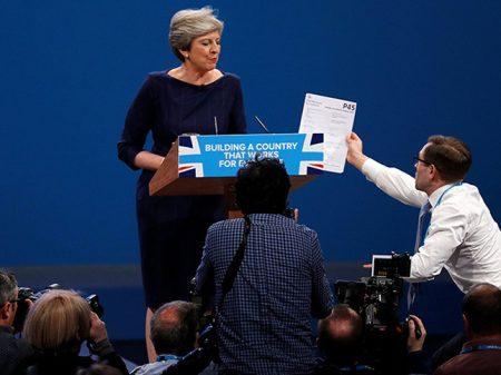 "Inglaterra: premiê May recebe ""bilhete azul"" durante discurso na conferência de seu partido"