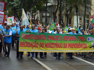 """Aposentados nas ruas de SP: """"Querem entregar nossa Previdência aos bancos"""""""