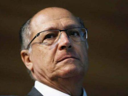 Alckmin bajula Temer em reunião tucana que acaba em cadeiradas