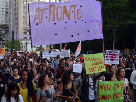 Atos condenam PEC que proíbe aborto pós estupro