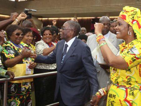 Líderes do Zimbábue condenam destituição do presidente Mugabe