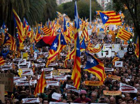 """750 mil ocupam as ruas de Barcelona  por """"liberdade para os presos políticos"""""""