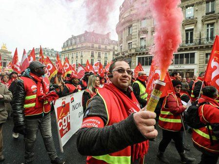 Trabalhador faz jornada de greve contra a  lei de Macron