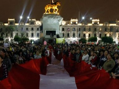 Kuczynski acena com indulto a Fujimori e escapa de impeachment