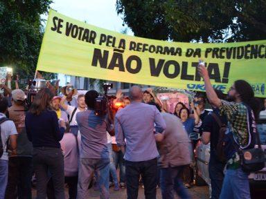 Servidores protestam em frente à casa de Rodrigo Maia
