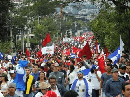 """Hondurenhos tomam as ruas contra """"fraude governamental"""""""