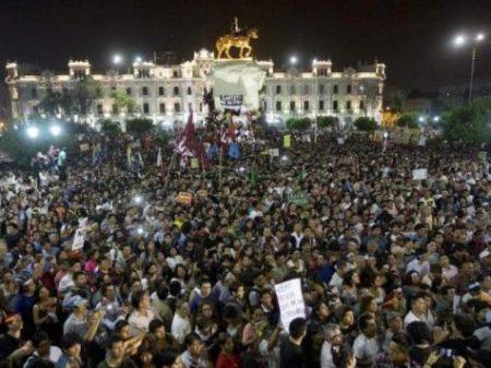 Multidão exige a saída do presidente  peruano e realização de novas eleições