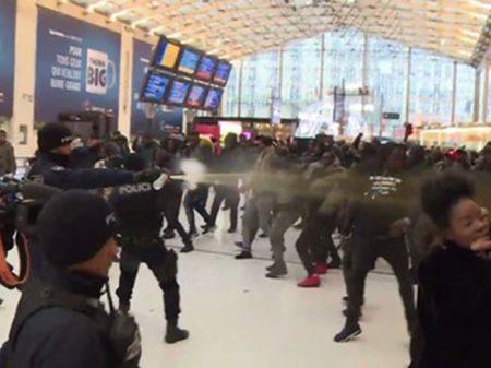 Crime contra negro gera confronto em Paris