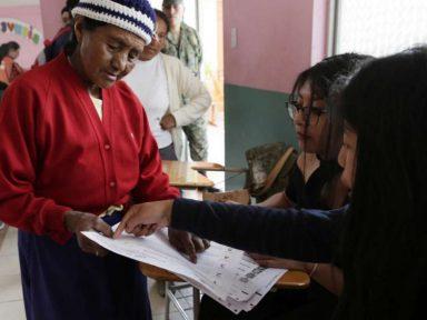 Equador: referendo restringe reeleição e veta candidato corrupto