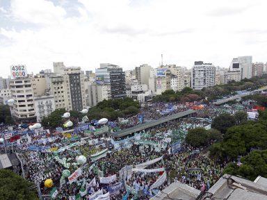 Argentina faz marcha de 400 mil contra o corte de direitos