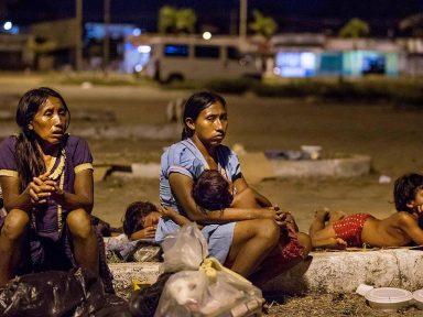 Imigrantes venezuelanos vivem nas ruas de Roraima