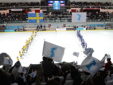 Equipe de hóquei unificada da Coreia faz amistoso com a Suécia