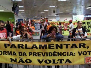 Trabalhadores recepcionam deputados com manifestação: 'Se votar reforma, não volta'