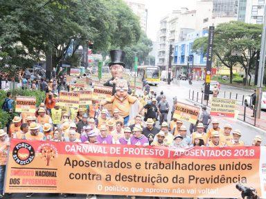 Aposentados fazem desfile-protesto contra assalto à Previdência