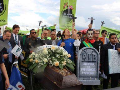 Servidores enterram caixão da reforma da Previdência