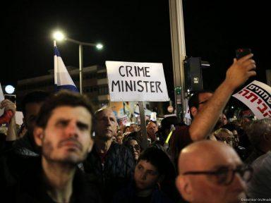 Israelenses exigem saída de Netaniahu, flagrado em corrupção