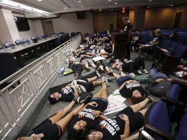 Trump pensa em armar professor para violência na escola diminuir