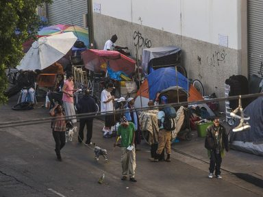 Los Angeles proíbe os que não podem pagar aluguel de dormir em seus carros