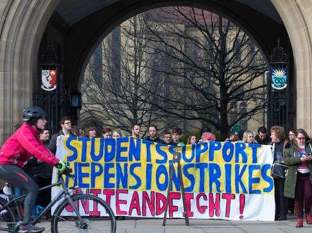 Professores das universidades inglesas param em defesa das pensões