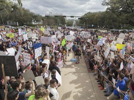 Estudantes invadem Capitólio da Flórida e exigem segurança