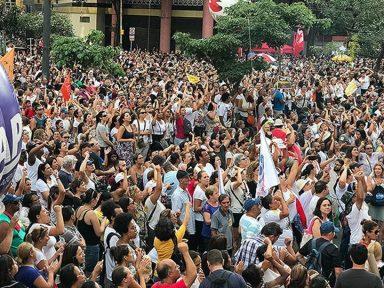 Multidão em torno da Câmara repudia reforma da Previdência de Dória