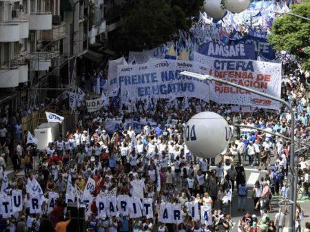 Professores argentinos fazem greve nacional contra arrocho de Macri