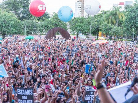 Contra calote, milhares de professores de Minas decidem manter greve