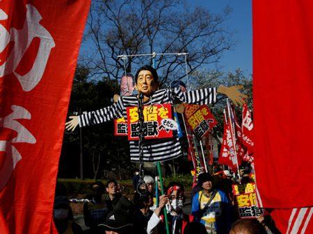 """Manifestantes em Tóquio exigem: """"Shinzo Abe na cadeia!"""""""
