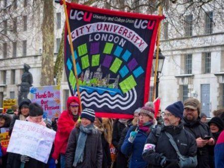 Professores ingleses mantêm greve em defesa das aposentadorias