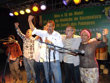 CNAB ergue a bandeira do 13 de Maio e festeja a Abolição com muito samba