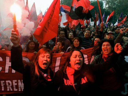 """Carabineiros reprimem  ato de chilenos contra a """"reforma"""" de Piñera"""