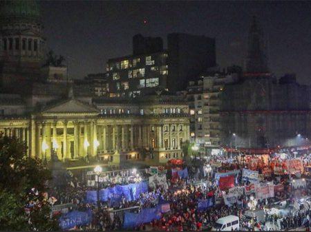 Após afundar economia argentina Macri anuncia submissão ao FMI