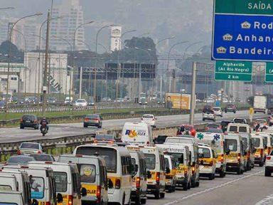 Caminhoneiros recebem apoio de trabalhadores do transporte