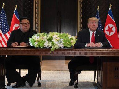 """Cúpula Kim-Trump anuncia suspensão de manobras militares e """"esforço por paz duradoura"""""""