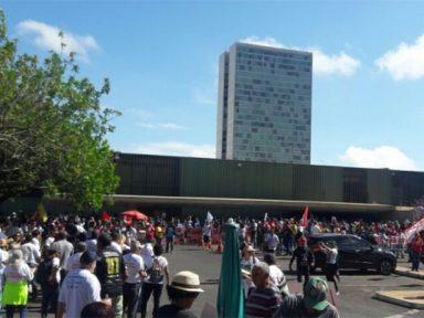 Servidores públicos fazem ato no DF por negociação salarial e repúdio à EC95