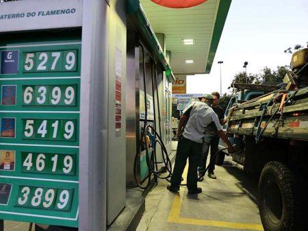 Gasolina sobe duas vezes e desce uma