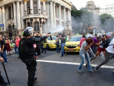 RJ: Crivella taxa aposentados em 11% e reprime protestos