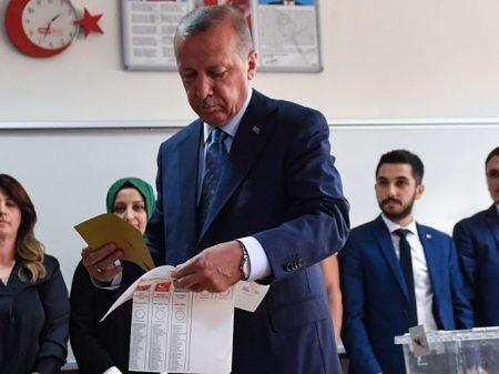 Turcos reelegem Erdogan para a Presidência