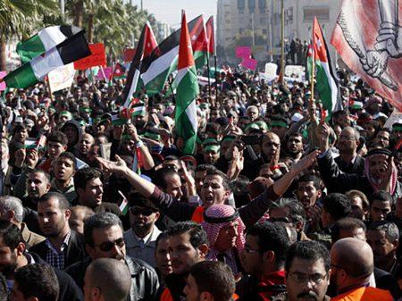 Premiê da Jordânia tenta aplicar medidas do FMI e renuncia sob protestos