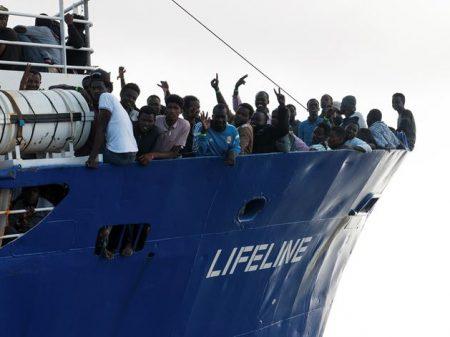 Autoridades da Itália e Malta impedem navio com refugiados de atracar em seus portos