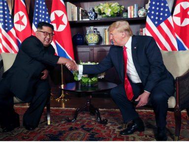 Cingapura: aperto de mão entre Kim e Trump abre cúpula da paz